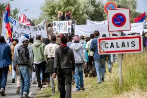 2048x1536-fit_manifestants-a-calais-a-loccasion-de-la-journee-mondiale-des-refugies-le-20-juin-afp-photo-philippe